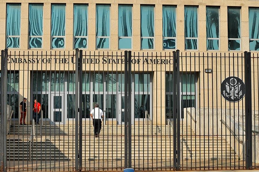 CBS引述消息來源說,美國情報分析師對美國和加拿大駐古巴外交官失聰的最新評估顯示,聽不見的聲波是罪魁禍首,也就是超聲波和次聲波。然而消息來源說,分析家仍然在排除其他作案技術。失聰事件從2016年11月份開始。(YAMIL LAGE/AFP/Getty Images)