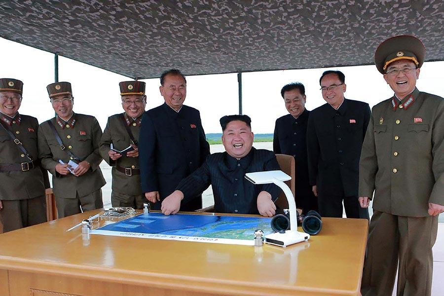 分析家說,北韓發射導彈飛越日本,令中共的北韓立場再一次被放在聚光燈下。圖為朝中社8月30日發佈的圖片,顯示北韓領導人金正恩觀看了8月29日的導彈試射。(STR/AFP/Getty Images)