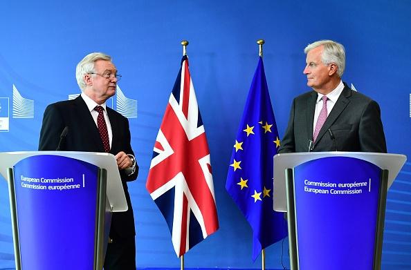 英國脫歐談判第三輪很可能仍以僵局告終。圖為英國脫歐大臣戴德偉(左)和歐盟首席談判官巴尼耶(右)。(EMMANUEL DUNAND/AFP/Getty Images)