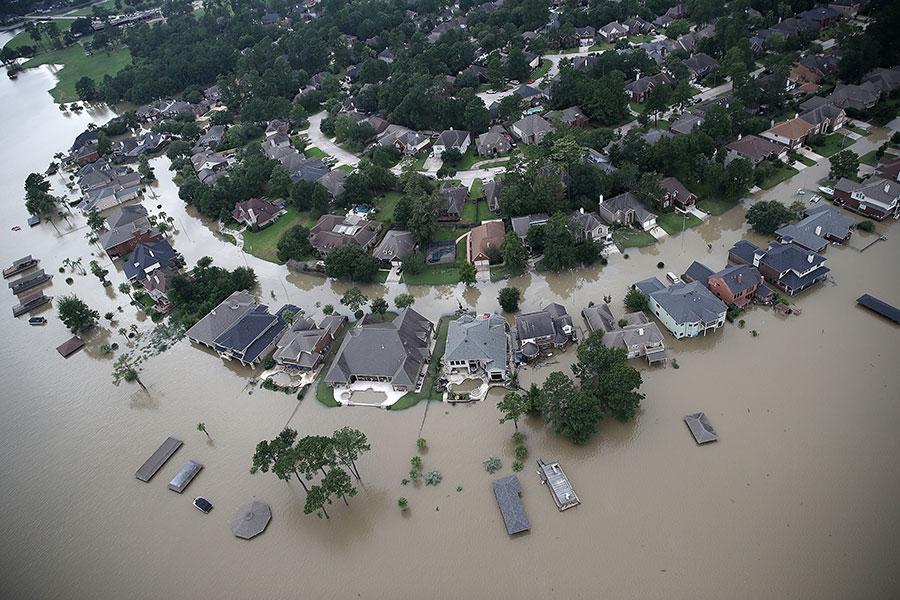 哈維颶風襲擊德州,侯斯頓遭遇前所未有的洪災。圖為2017年8月29日,德州侯斯頓湖附近的災情。(Win McNamee/Getty Images)