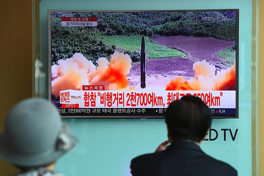 本周二,北韓又發射一枚導彈,飛越日本北部,最終落於北海道附近海域。圖為南韓民眾在電視上觀看8月30日北韓試射導彈的新聞報道。(JUNG YEON-JE/AFP/Getty Images)