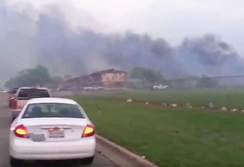 阿科瑪公司在德州的化工廠兩次爆炸冒煙,並冒出極度危險的煙霧,當局籲居民撤離。(片段截圖)