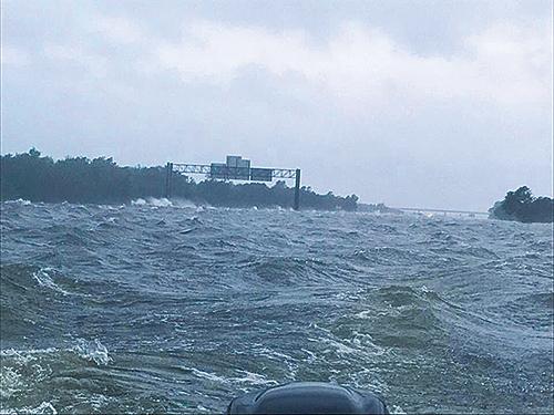 颶風哈維創下單一熱帶氣旋在美國大陸的降雨紀錄。10號州際公路在德州一個路段,洪水湧上路面,變成一片海洋,大風在水面上捲起白頭浪。(Dade Phelan推特)