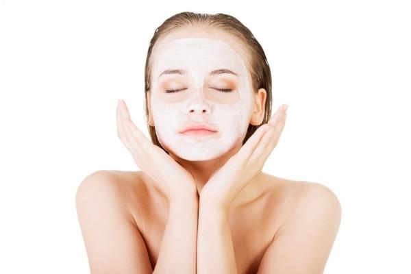 皮膚科醫師表示,很多人缺乏正確美白觀念,不只美白產品塗厚厚一層,一天還洗好幾次臉,反而傷皮膚。(Fotolia)