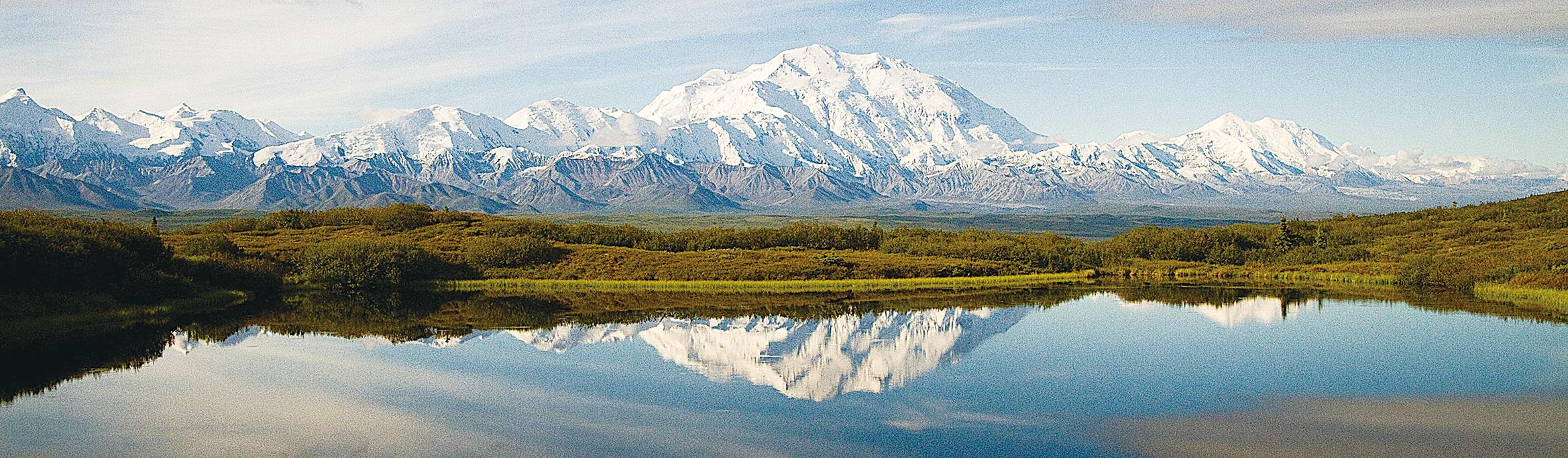 海拔6千多米的麥金利峰鶴立雞群。山峰終年積雪,常年雲霧籠罩。只有天清氣爽時才能看到難得一見的山峰。(Denali National Park)