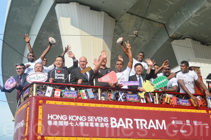 香港國際7人欖球賽將於周六舉行,旅發局與香港電車公司合作,將3輛電車佈置成流動酒吧。昨晚起,一連5晚接載已預先登記的遊客,免費遊覽港島。(宋祥龍/大紀元)