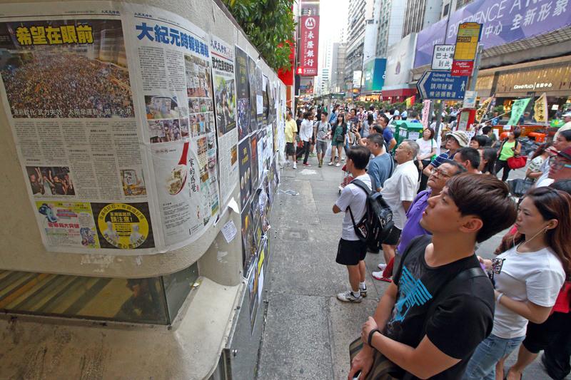 2014年雨傘運動期間,《大紀元時報》詳實、客觀的報道備受市民歡迎。熱心市民自發將《大紀元》報道貼到港鐵站或牆上,供市民閱讀。(大紀元資料圖片)