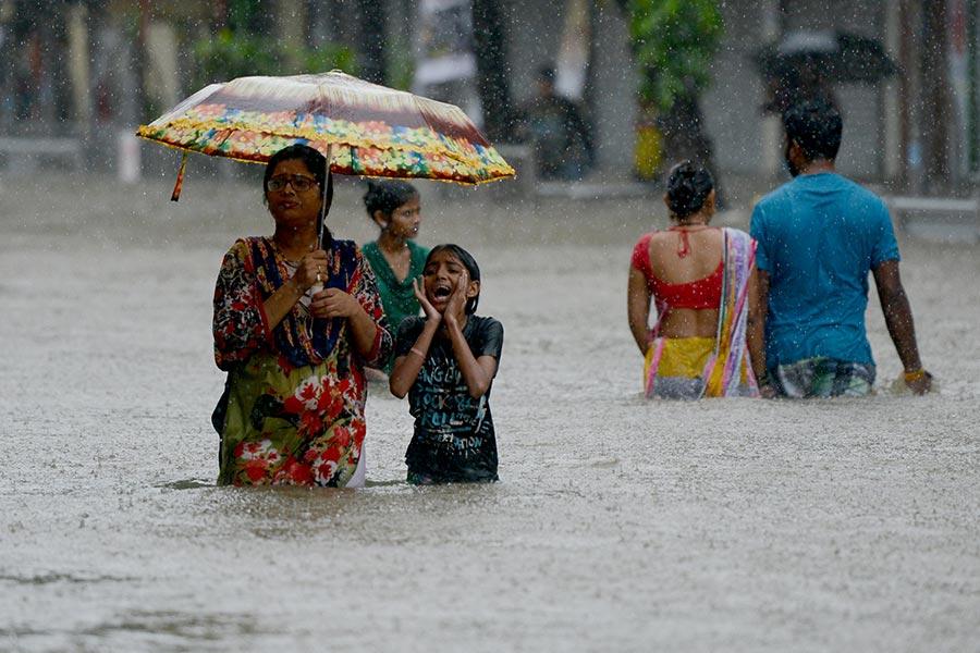 8月29日,豪雨將近2000萬人口的沿海城市印度孟買變成水鄉澤國。(PUNIT PARANJPE/AFP/Getty Images)