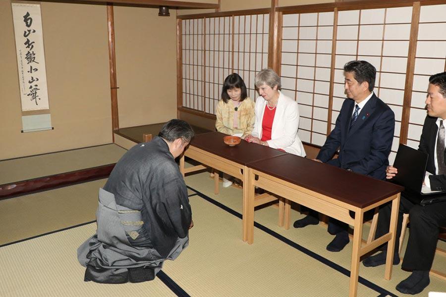 周三,安倍晉三請首相文翠珊體驗日本茶道。(STR/AFP/Getty Images)
