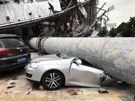 驚恐一幕:東莞鬧市一巨型廣告牌突倒塌