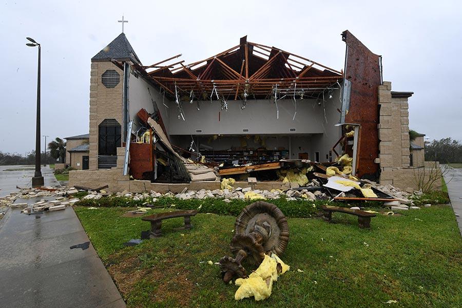 25日哈維作為4級颶風登陸地點德州羅克波特市(Rockport)。圖為該市一座被颶風損毀的教堂。(MARK RALSTON/AFP/Getty Images)