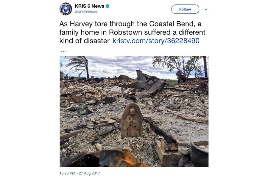 在哈維颶風期間,一場大火焚毀了美國德州的三棟房子,但其中一戶家庭在瓦礫中發現了一個意想不到的倖存者:聖母瑪利亞的雕像。(推特擷圖)