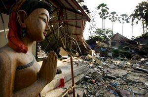 在海嘯襲擊中完好無損的佛像,聳立在斷垣之中。(網路圖片)