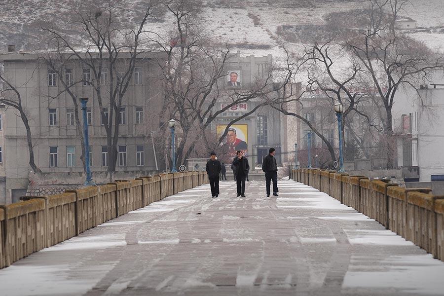 就在全世界憤怒譴責北韓發射導彈飛越日本之際,在中朝邊境圖們市,中共官員仍在宣揚對北韓投資。圖為連接中朝的圖們江大橋。(PETER PARKS/AFP/Getty Images)
