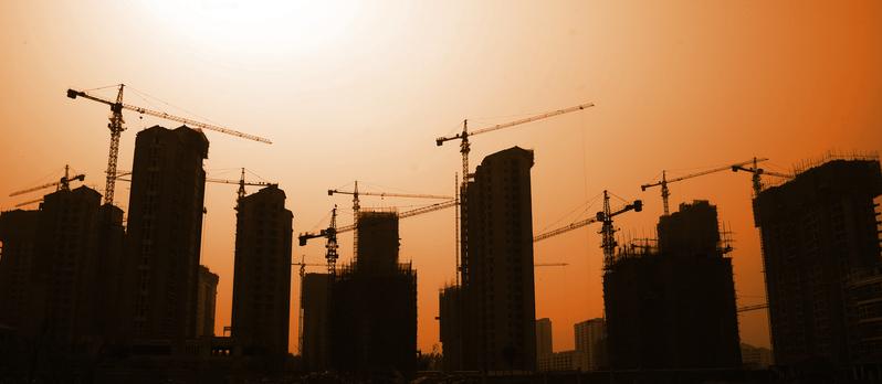 南京正在施工的「地王」京奧港未來墅,因拖欠工程款不得不停工,引業界人士擔心,任志強也說,沒法看透房地產了。有分析認為,中國房地產或許離泡沫破滅不遠了。(大紀元資料室)