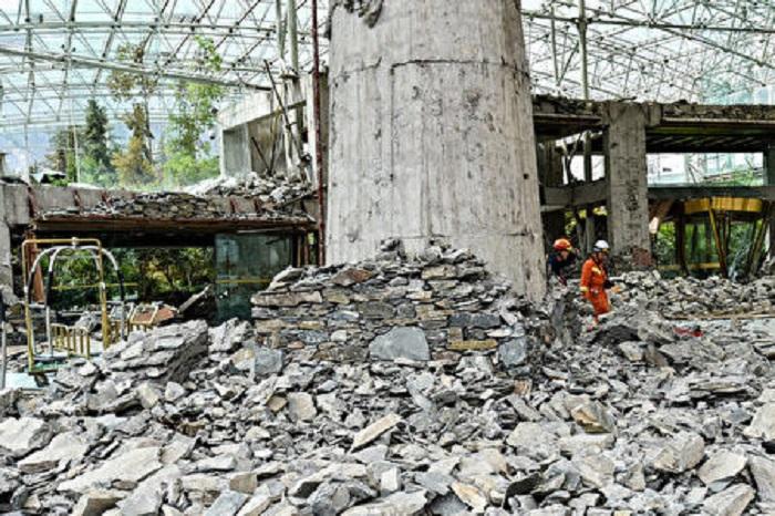 8月10日,九寨溝7級地震後的九寨天堂洲際大飯店成了一片瓦礫。至於對九寨溝地震的捐款,民意大降,均因中共貪腐或者用善款維穩。(STR/AFP/Getty Images)