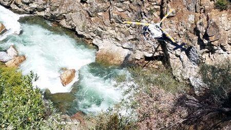一架直升機在搜尋墜崖衝入金斯河(Kings River)的汽車。 (加州弗雷斯諾縣警長辦公室)