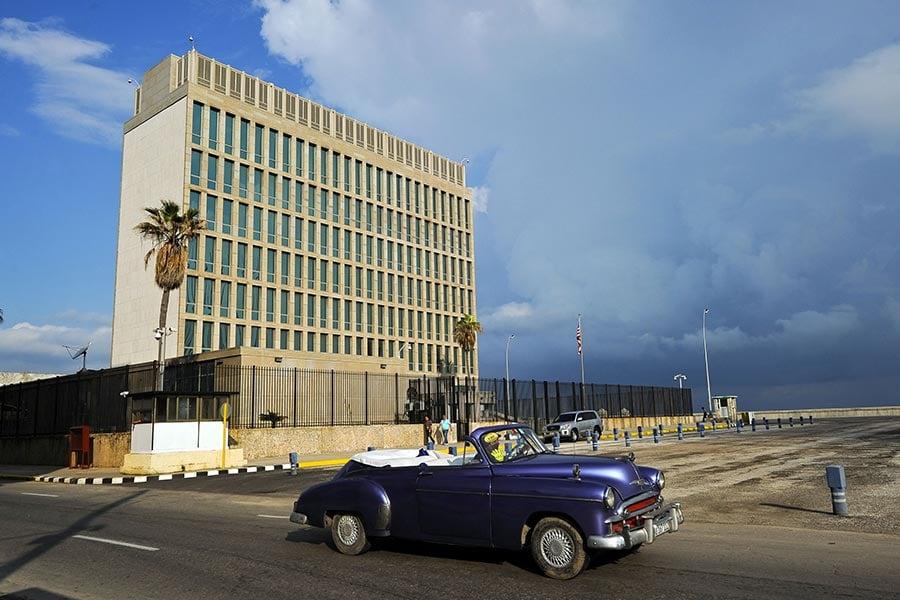 上月在美駐古巴大使館發生「神秘聲音襲擊」事件,目前導致19名美國人受到影響,遭遇輕度創傷性腦損傷和聽力損失。圖為美駐古巴大使館。(YAMIL LAGE/AFP/Getty Images)