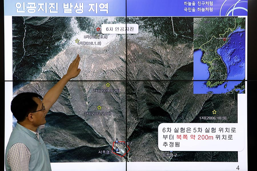 9月3日南韓國家地震與火山中心負責人Ryoo Yog-Gyu在首爾南韓氣象局中心的南韓氣象局中心的屏幕上展示了地震波。南韓,日本和美國在北韓的北部發現人造地震。日本政府已經確認是北韓的第六次核試。(Chung Sung-Jun/Getty Images)