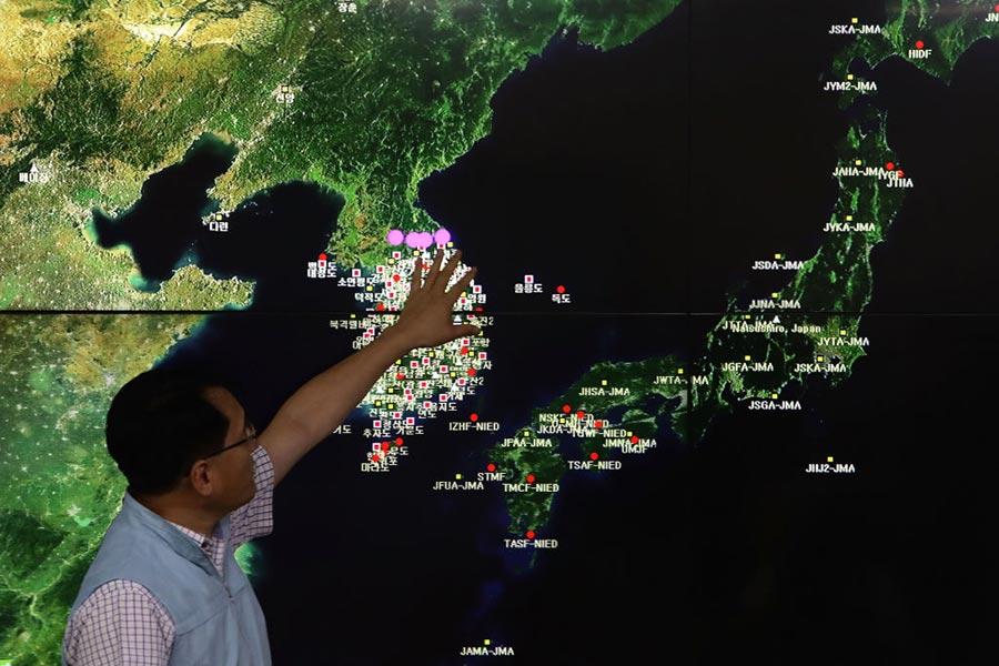北韓9月3日進行氫彈試爆,美國政府準備對其進行一系列外交和軍事行動。圖為9月3日,南韓國家地震與火山中心負責人Ryoo Yog-Gyu在首爾南韓氣象局中心的屏幕上展示地震波。(Chung Sung-Jun/Getty Images)