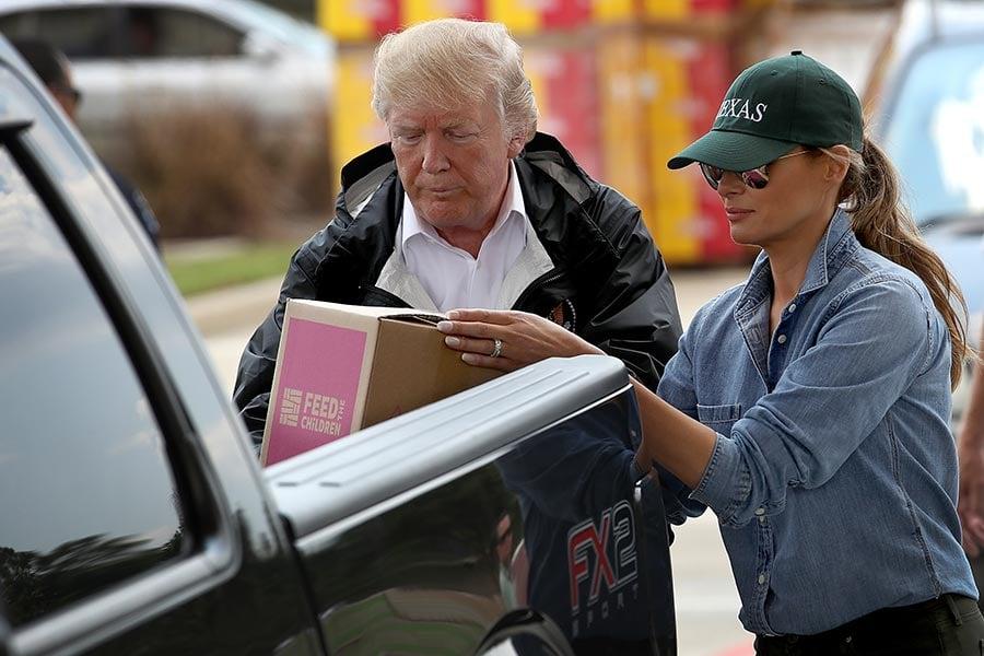 特朗普及夫人梅拉尼婭9月2日再次訪問哈維颶風災區德州東南部。圖為特朗普夫婦倆將救災物品裝上一位災民的農夫車。(Win McNamee/Getty Images)