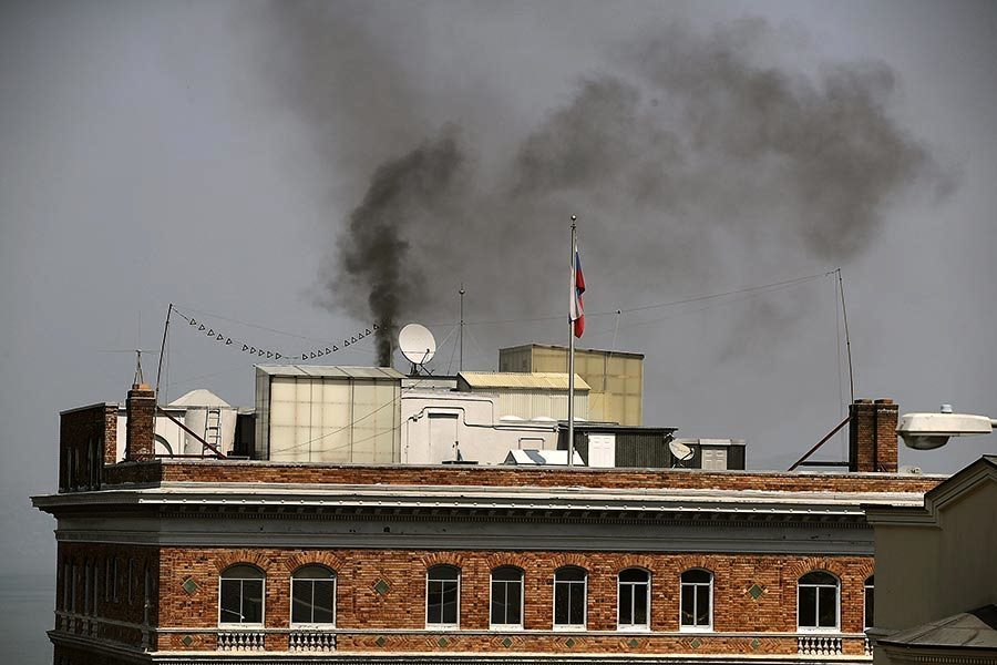 俄駐三藩市領館關閉前飄黑煙 疑燒機密文件
