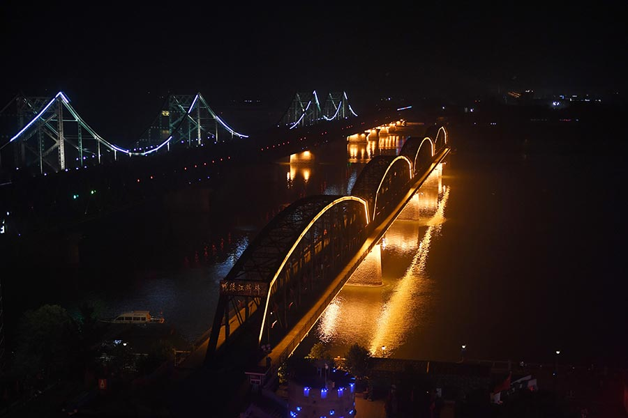 圖為中朝邊境的遼寧丹東中朝友誼橋,攝於北韓9月3日早上進行第六次核試後的當晚。(GREG BAKER/AFP/Getty Images)