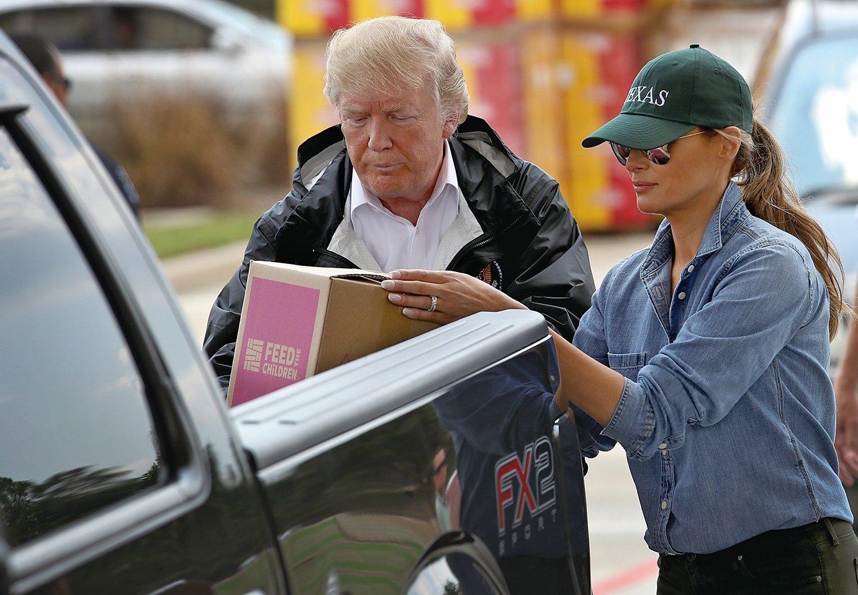 9月2日,特朗普及夫人梅拉尼婭再次訪問哈維颶風災區德州東南部。圖為夫婦倆將救災物品裝上一位災民的皮卡車。(Getty Images)