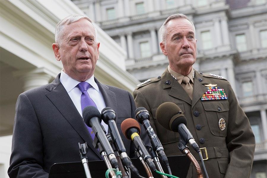 美國國防部長馬蒂斯(左)近日表示,中共有意改變當前全球秩序,意欲將周邊國變成其朝貢國。(Chris Kleponis-Pool/Getty Images)