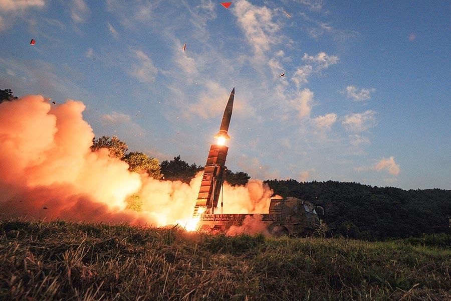 圖為南韓軍方在北韓9月3日進行核試的第二天,在軍事演習中試射導彈。(South Korean Defense Ministry via Getty Images)