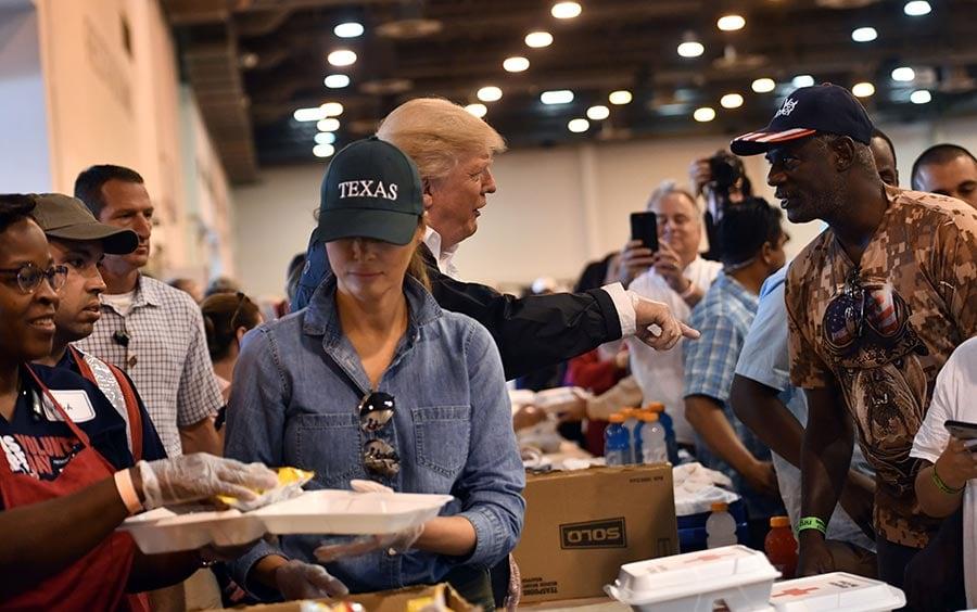 9月2日,美國總統特朗普與夫人第二次現身德州,慰問災民。(NICHOLAS KAMM/AFP/Getty Images)