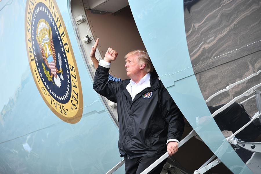 美國環保局官員周六(9月2日)證實,在哈維肆虐之後,德州41個嚴重污染區(Superfund)當中的13個出現洪水氾濫,可能造成環境破壞。圖為特朗普總統到德州視察災情。(NICHOLAS KAMM/AFP/Getty Images)