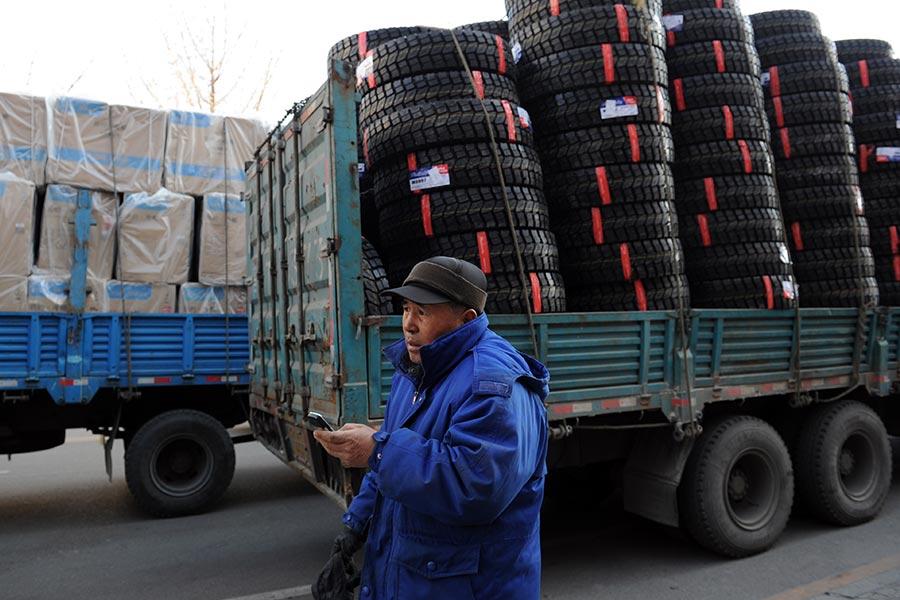 在北韓進行第六次核試之後,特朗普總統周日(9月3日)說,任何國家跟北韓存在經濟往來,美國將考慮切斷跟它的貿易。這對於北韓的主要貿易夥伴中共來說,是一個明顯的警告。圖為載滿貨物的中國貨車,正準備從遼寧丹東駛進北韓境內。圖片攝於2011年12月30日。(MARK RALSTON/AFP/Getty Images)