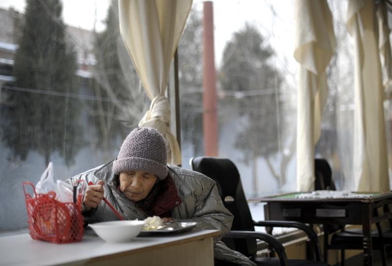 中國獨生子女政策以及社會老齡化問題使得中國老人的養老問題日益突顯。 圖為一位北京老人在一家養老院吃飯。(Getty Images)