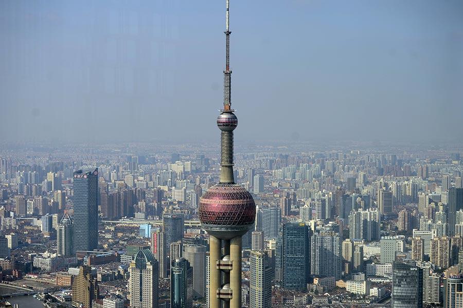 日前上海仲裁委員會原副主任、秘書長汪康武被判刑。上海幫持續被清洗處理。圖為上海。(PETER PARKS/AFP/Getty Images)