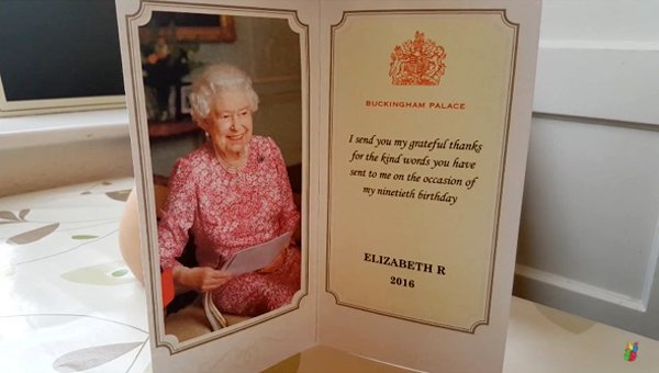 女皇的來信裏還有一張精美生日感謝卡片,上面印有女皇的照片。(視像擷圖)