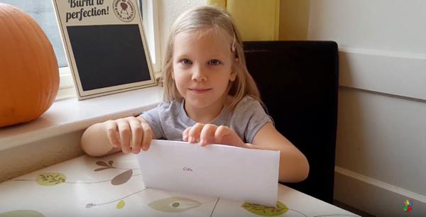 5歲女孩辛普森(Lyndsay Simpson)剛剛拿到英國女皇的來信。(視像擷圖)