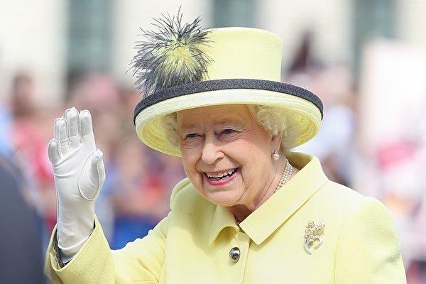 圖為英女皇伊利沙伯二世在90歲生日慶典上揮手致意。(大紀元圖庫)