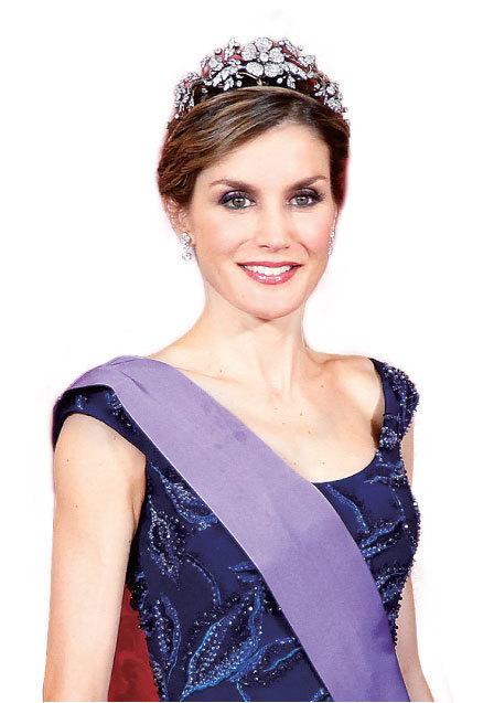西班牙菲利普皇后Letizia優雅親民的時尚風格也引起時尚界的極大關注。和英國劍橋公爵夫人凱特不一樣的是她走的是優雅極簡的路線,基本不帶首飾或頭飾,除非是在社交禮儀的要求下。(Getty Image)