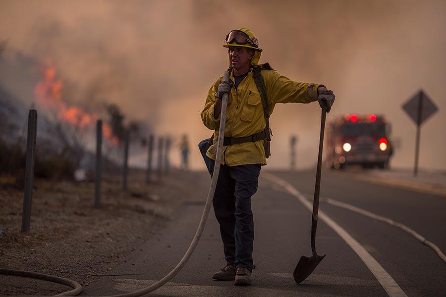 圖為救火的消防員。(David McNew/Getty Images)