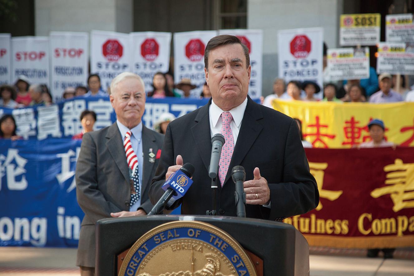 加州參議員喬爾.安德森(Joel Anderson)在8月31日的集會上發言,譴責中共對法輪功學員的群體滅絕罪惡。(周鳳臨/大紀元)