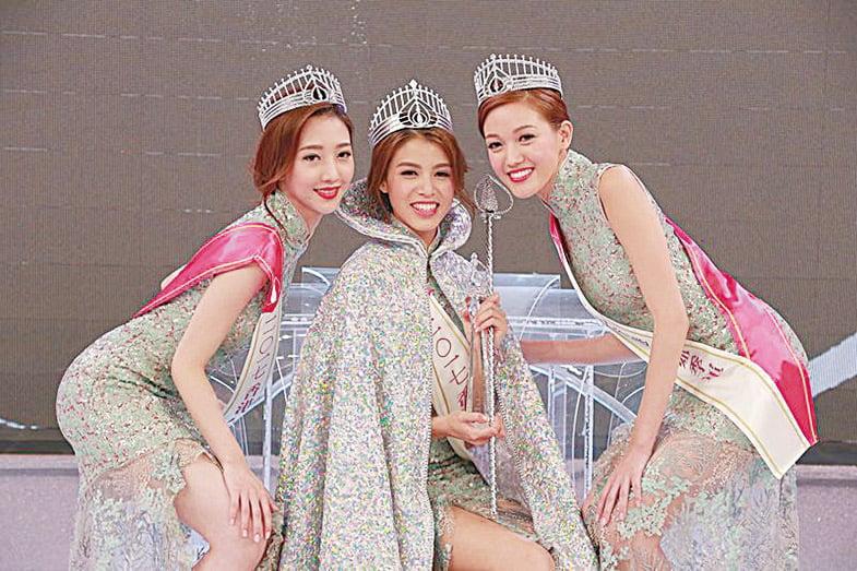 三甲港姐誕生,5號冠軍雷莊𠒇(中)、1號亞軍何依婷(左)及4號季軍黃瑋琦(右)。(網絡圖片)