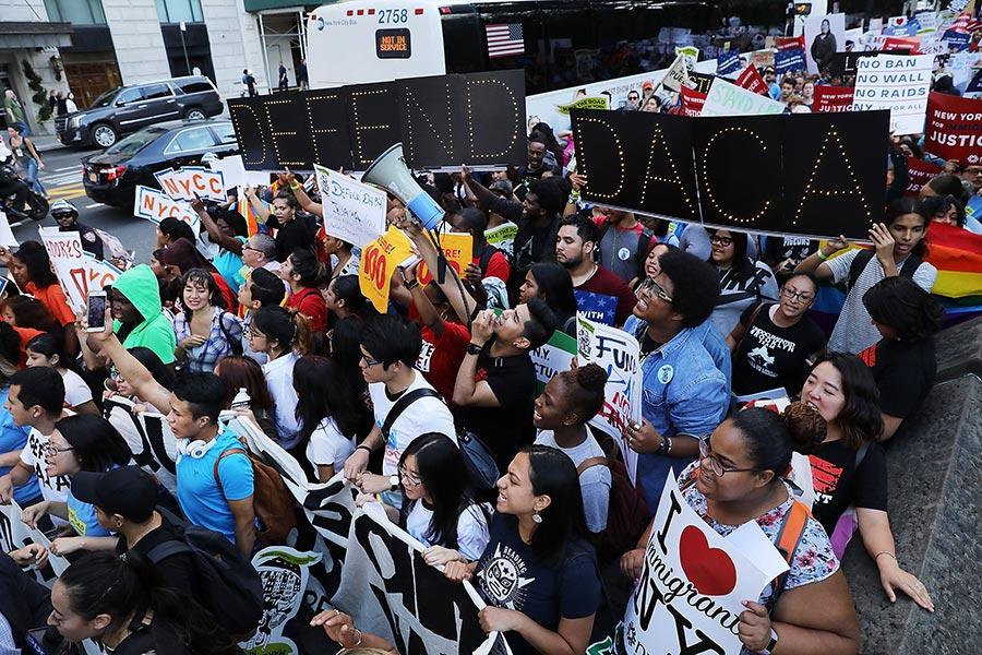 特朗普競選期間抨擊DACA計劃為非法「大赦」,並發誓上任後取消該計劃。但是當選以來,特朗普在這個問題上難下決定。圖為8月30日,紐約市數百人舉行支持延期DACA的遊行。(Spencer Platt/Getty Images)