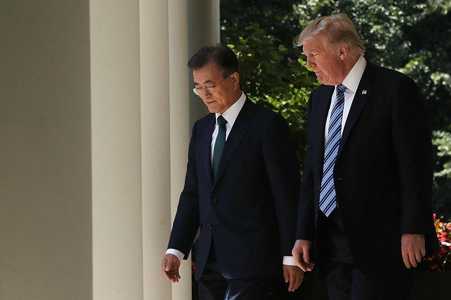 在北韓進行第六次核試之後,美國總統特朗普和南韓總統文在寅周一(9月4日)通話40分鐘。雙方同意去除對南韓導彈彈頭重量的限制。(Alex Wong/Getty Images)