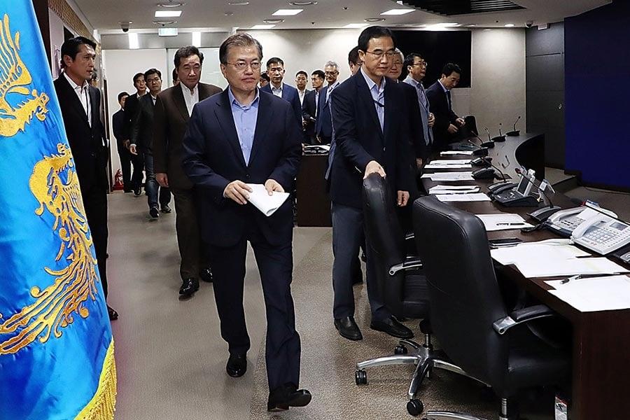 圖為9月3日北韓進行核試後,南韓總統文在寅緊急召開國家安全會議商討對策。(South Korean Presidential Blue House via Getty Images)