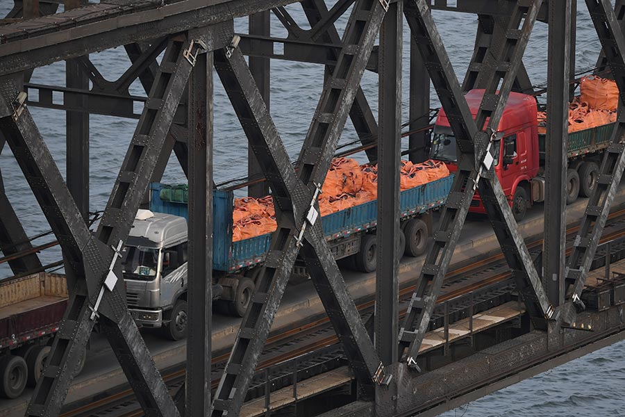 2017年9月4日,丹東的大貨車通過中朝邊境大橋從北韓開回中國。(GREG BAKER/AFP/Getty Images)
