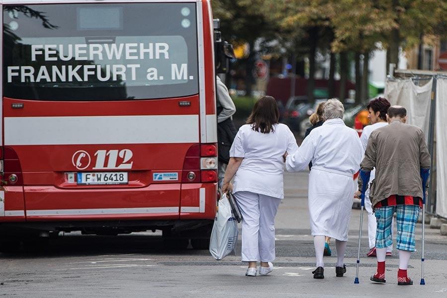 為拆除一枚1.8噸二戰超級強彈,法蘭克福約六萬人必須撤離。圖為醫護人員幫助老人院居民撤離。(FRANK RUMPENHORST/AFP/Getty Images)