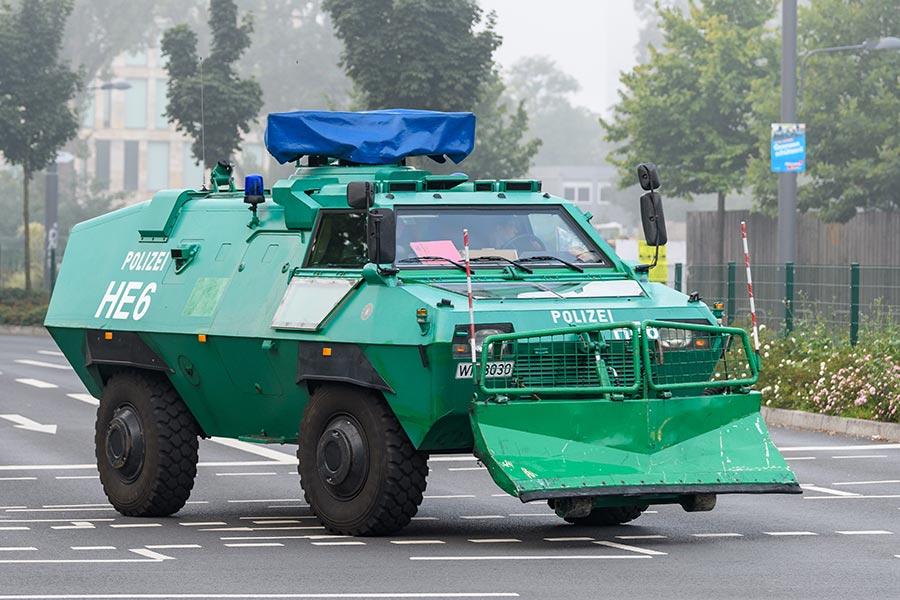 警方出動裝甲車。(Alexander Scheuber/Getty Images)