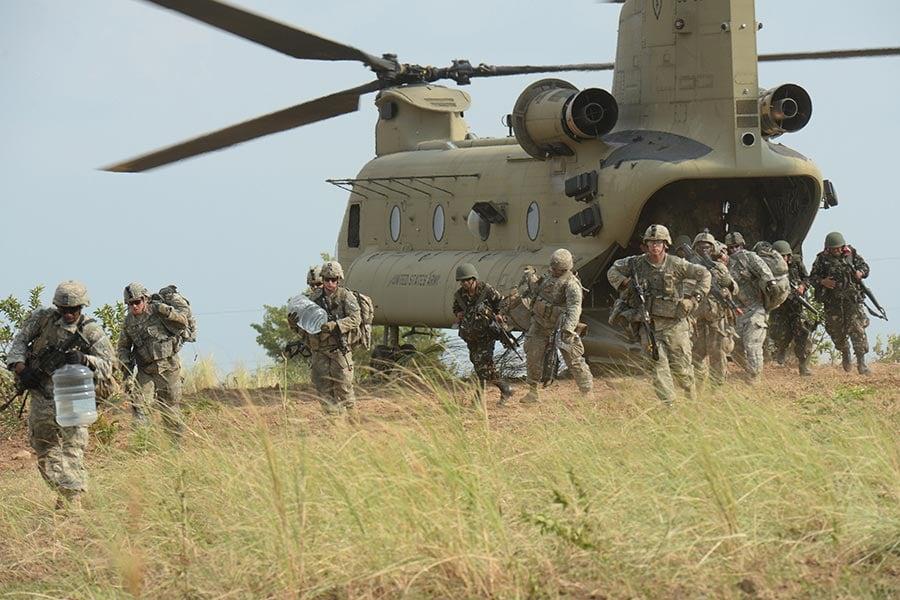 代號為「幽靈特遣隊」的美軍第一史特萊克旅級戰鬥隊目前已進駐朝鮮半島。圖為2015年4月20日,美軍第五步兵師第二史特萊克旅級戰鬥隊在菲律賓的一次空襲演習中。(TED ALJIBE/AFP/Getty Images)