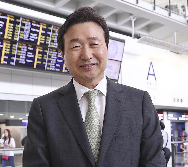南韓脊椎治療大師申俊湜博士應邀首度來港。(余鋼/大紀元)